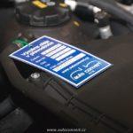 vyvěšení kontrolního štítku do motorového prostoru